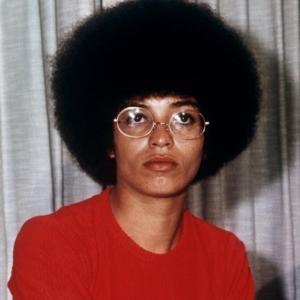 Bürgerrechtsaktivistin Angela Davis mit Afro.