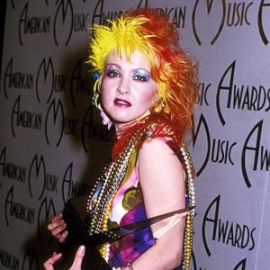 Cindy Lauper mit gelb-rot-blauen Haaren.