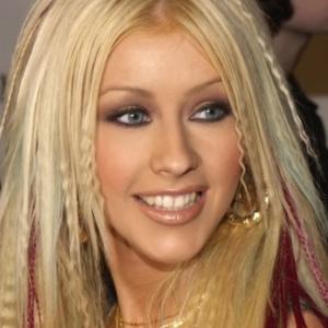 Christina Aguilera mit gekrepptem Haar und roten Strähnchen.