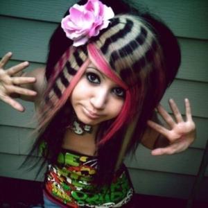 """Mädchen mit auffälliger """"Emo"""" Frisur in verschiedenen Farben."""
