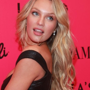 Victoria's Secret Model Candice Swanepoel mit langen Beachwaves.
