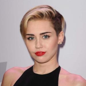 Miley Cyrus mit Kurzhaarschnitt und Undercut.