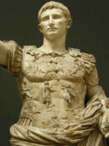 Kaiser Augustus mit vollem Haar.