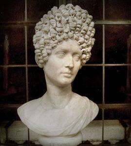 In der römischen Antike steckten Frauen die Haare hoch.