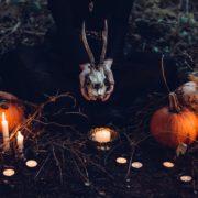 Ritual zum Herbeirufen von Erscheinungen - Eine Frau hält einen skelletierten Rehkopf zwischen Kürbissen.