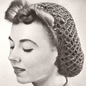 Frau mit Haarnetz-Frisur aus den 40er Jahren
