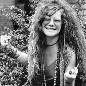 Janis Joplin mit wilder Hippiemähne und Zigarette in der Hand.