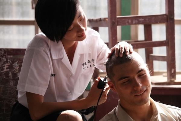 Bei einer Szene im Film BF*GF rasiert ein Mädchen das Haar ihres Klassenkameraden, als es damals noch Haarverbot gab.