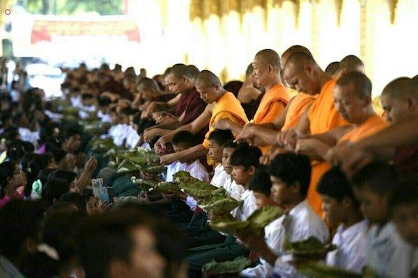 Die buddhistische Haarrasur-Zeremonie in Dawei, Myanmar. Die Teilnehmer hielten den Behälter des großen Lotusblattes zum Anlegen ihrer Haare.