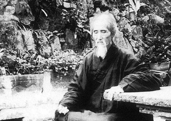 Zen-Meister Hsu Yun (1840-1959) und seine lange Haare. (Quelle: www.bfnn.org)