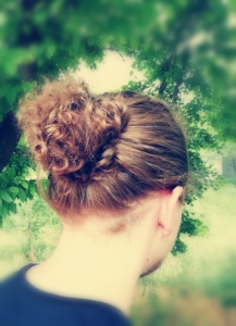 "Egal ob glatte Mähne oder lockige Haarpracht - Mann trägt ""Bun"". Photo by Marlies Althöfer."