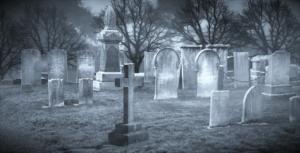 Friedhof für die Geisterjagd bei Nebel