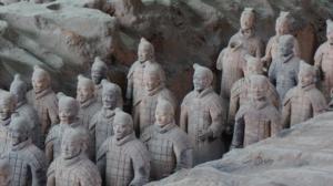 """""""Bun"""" mit Geschichte: Schon im 3. Jahrhundert v. Chr. trugen die Terrakotta-Soldaten der Grabstätte von Kaiser Qin Shi Huang Di den Männerdutt. Photo by Denis Pan on Unsplash."""