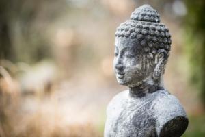 """Keine Krone, sondern """"Man Bun"""". Schon Buddha trug ihn. Photo by Sabine Schulte on Unsplash."""