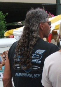 Ein Mann trägt einen Vokuhila.