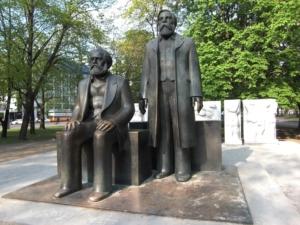 Karl Marx und Friedrich Engels als Statue in Berlin (Foto: Pixabay).
