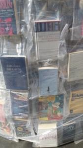 """Das Foto zeigt die in Folie eingeschweißten Bücher des Kunstwerks """"Parthenon of Books"""" von Marta Minujín"""