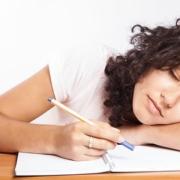 Studentin schläft beim Lernen ein