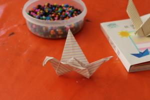 Das Foto zeigt einen Origami-Vogel