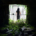 Eine verhüllte Figur hinter einem Gitter, umrahmt von Dunkelheit