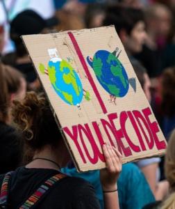 Das Bild zeigt das Schild einer Demonstrantin bei einer Fridays for Future Demo